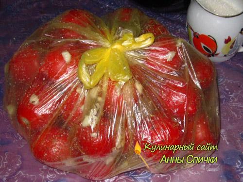 Завязываем пакет с помидорами