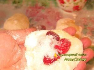 Лепим пирожки с малиной