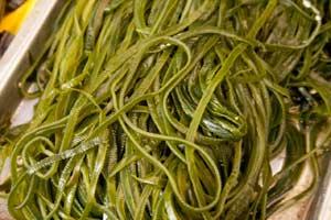 Как приготовить салат из морской капусты с яйцом