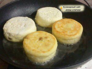 Как жарить сырники с изюмом