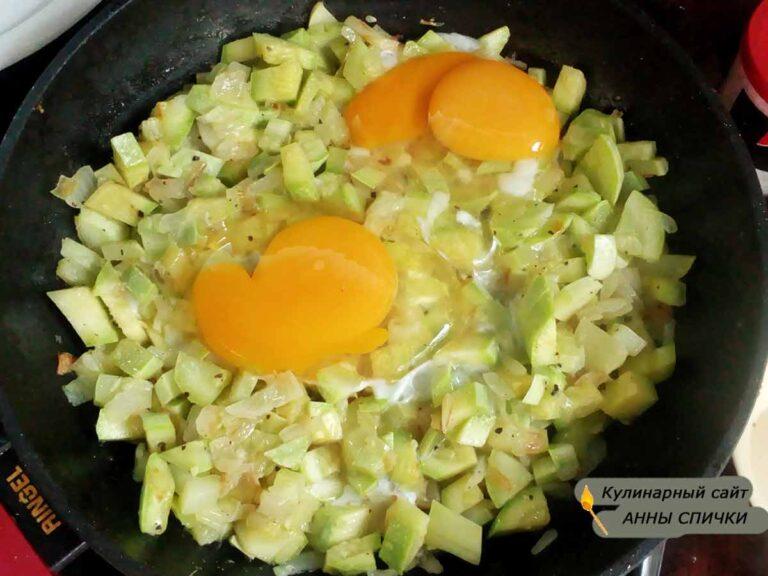 Яичница с кабачками и луком