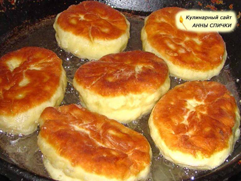 Жареные пирожки с вишней на сковороде