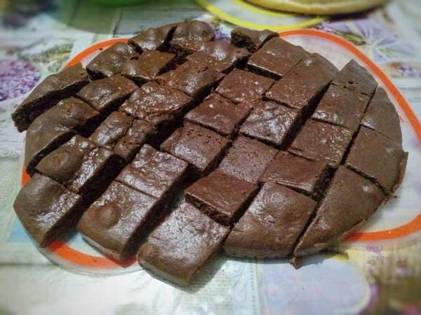 Режем шоколадный торт