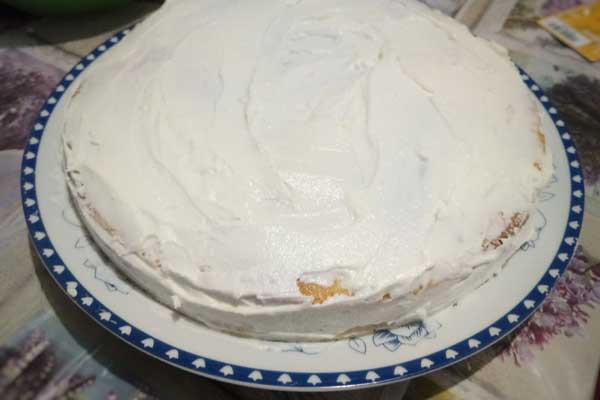 Смазываем коржи торта кремом