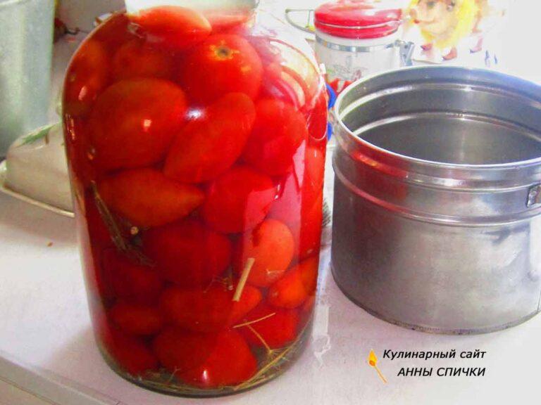 Заливаем помидоры рассолом