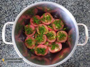 Выкладываем помидоры в кастрюлю