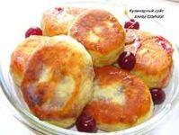 Жареные пирожки со свежей вишней