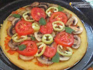 Выкладываем грибы и овощи на основу для пиццы