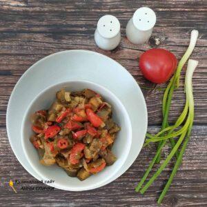 Тушеные баклажаны с помидорами и перцем