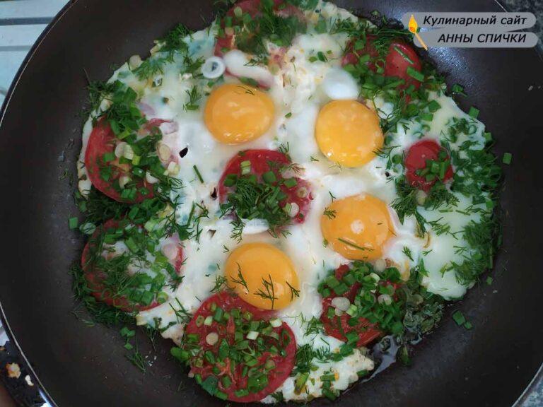 Жарим яичницу с помидорами на сковороде