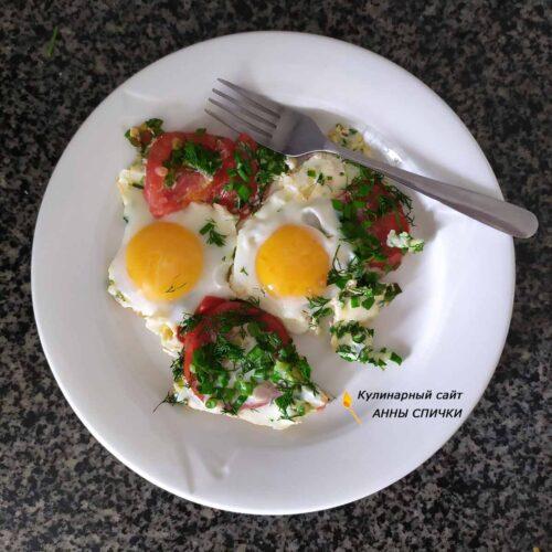 Яичница с помидорами и зеленым луком