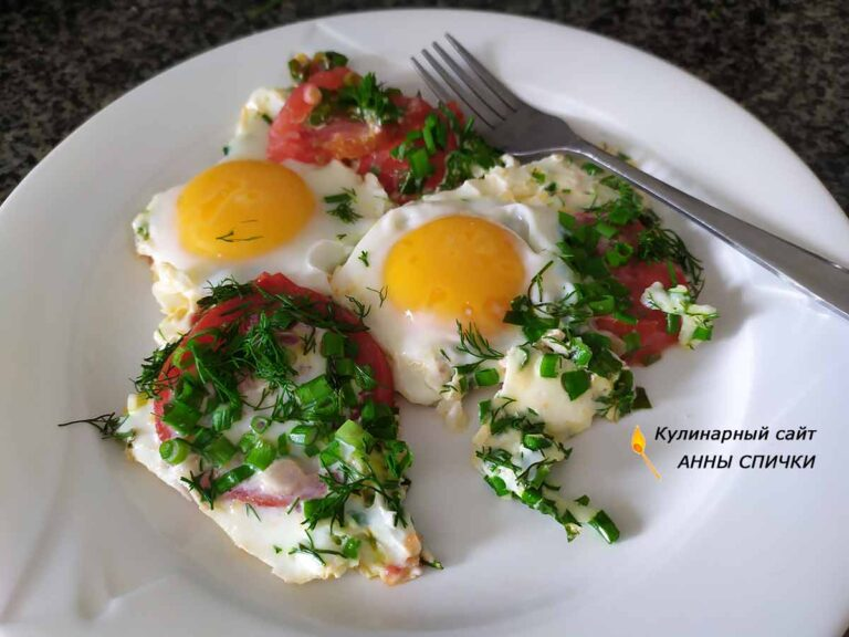 яичница с помидорами и зеленым луком готова