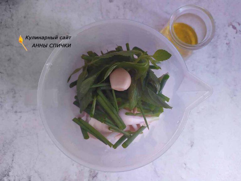 Складываем ингредиенты в чашку блендера