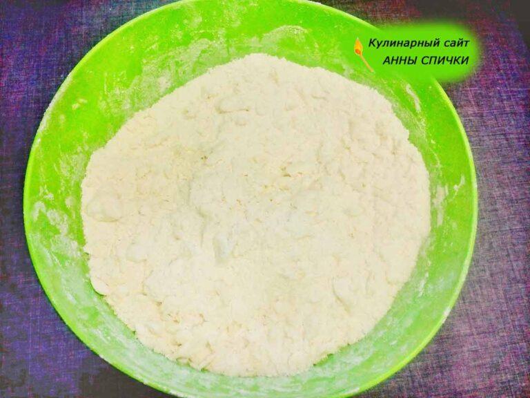 Готовим тесто для песочного пирога