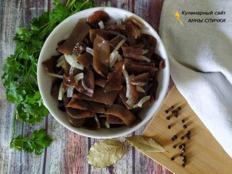 Древесные грибы муэр по-корейски готовы