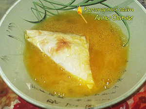 Обмакнуть пирожки в яйцо