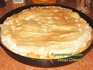 Пирог с безе и алычой