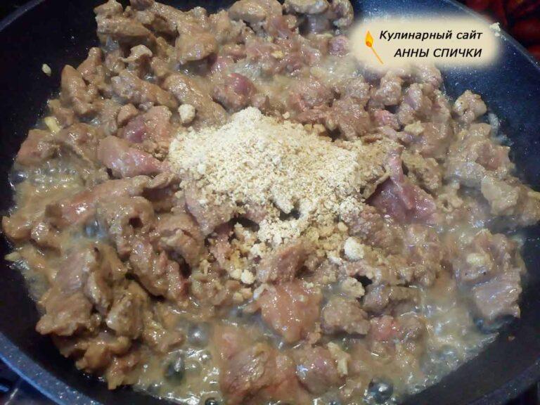 Обжариваем мясо для супа с морской капустой