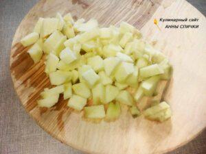 Шарлотка в микроволновке с яблоками