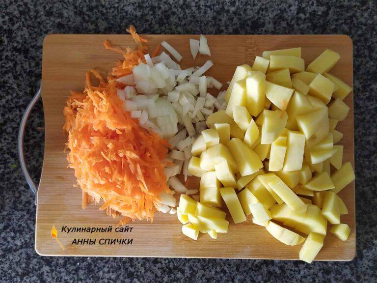 Режем картошку, морковь и лук