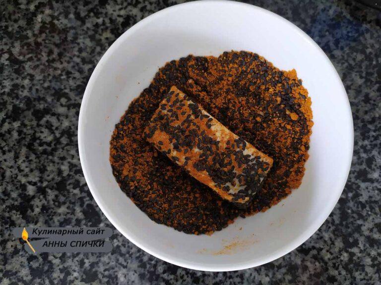 Обмакиваем тофу в карри и кунжут
