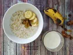 Овсяная каша на молоке и воде с бананом и изюмом
