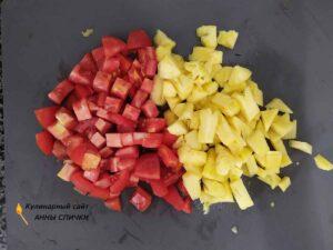 Ананас и помидоры нарезаем кубиками.