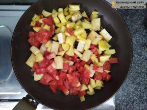 Добавляем помидоры и ананас