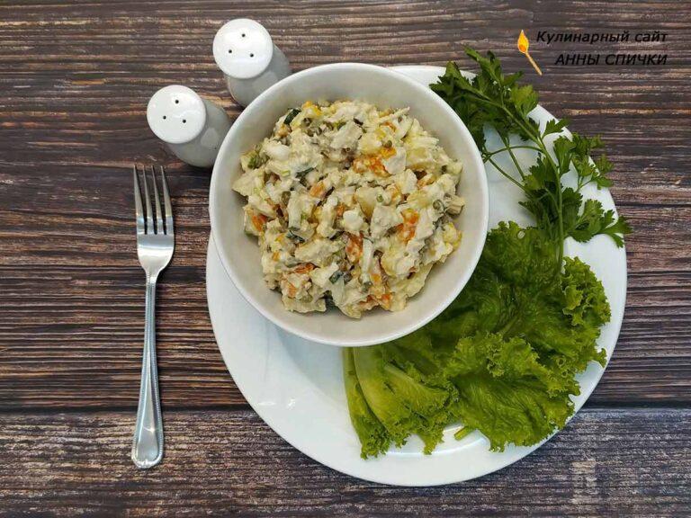 Оливье с курицей, свежим огурцом и зеленым луком