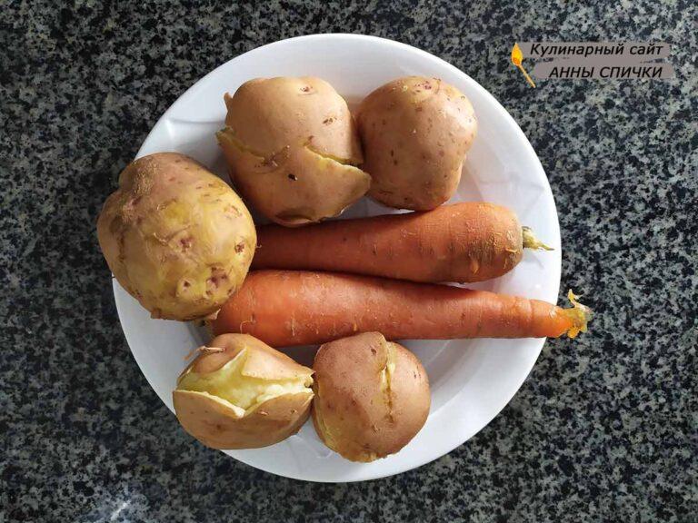 Варим катошку в мундирах и морковь
