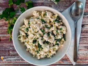 Салат из свежей цветной капусты с зеленью и чесноком