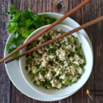 Салат из тофу по-китайски с зеленым луком и кинзой