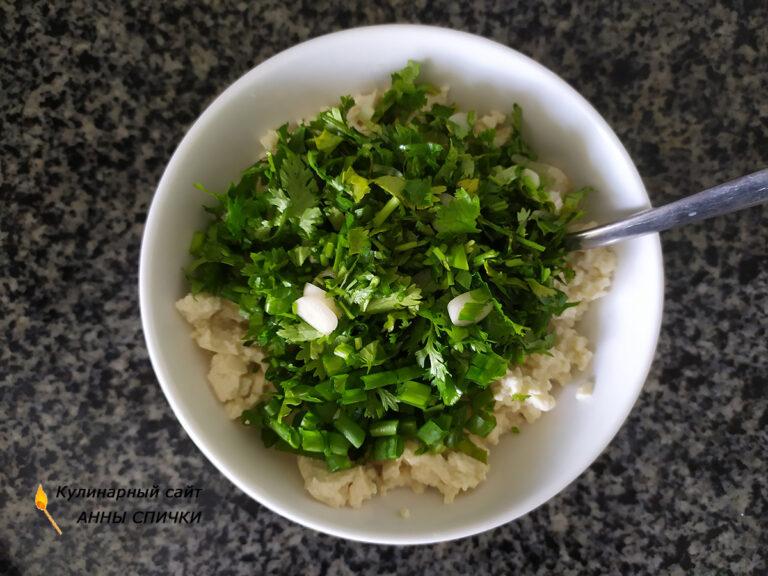 Добавляем зелень к размятому тофу
