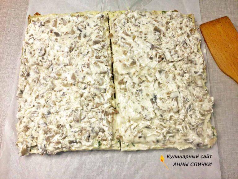Смазываем корж из куриного фарша кремом из сыра с грибами
