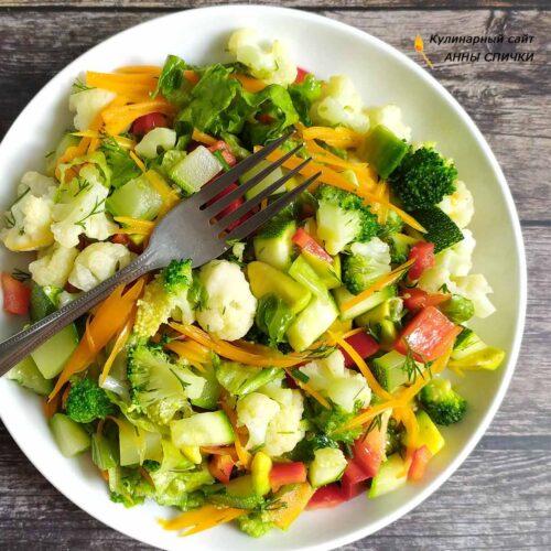Теплый салат с овощами, авокадо и зеленью