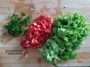 Перец и зелень режем