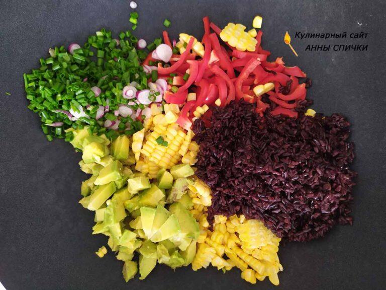Добавляем отваренный рис, зеленый лук