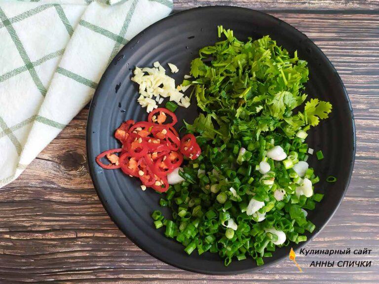 Рубим зелень, перец и чеснок