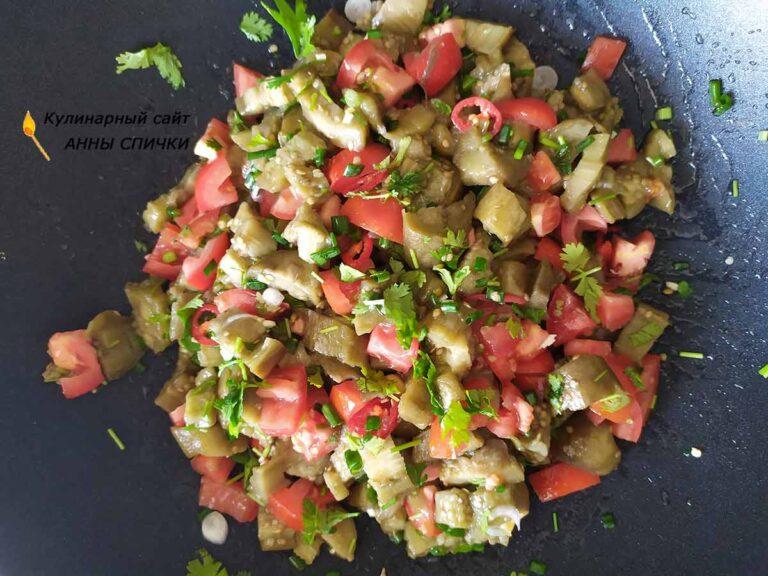 Смешиваем салат, добавляем соль и масло